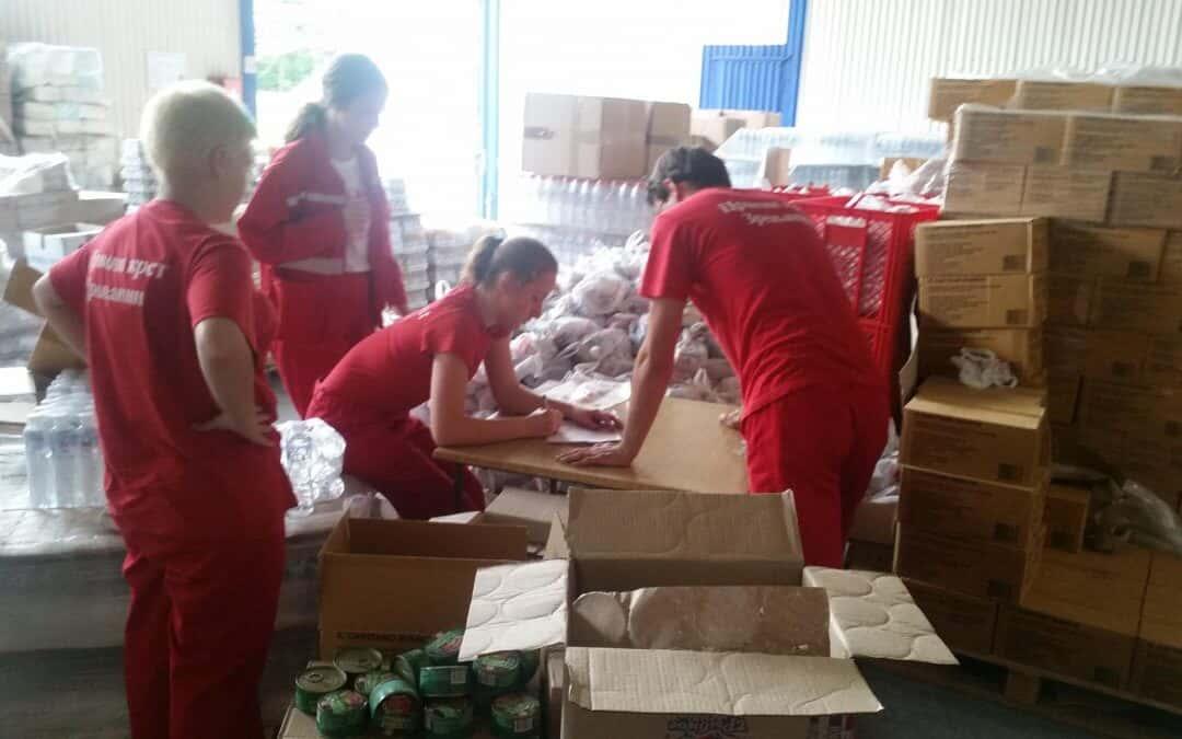 Паковање пакета за мигранте у Шиду