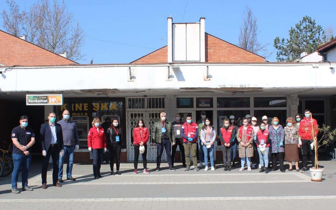 Помоћ волонтера Црвеног крста старијим суграђанима