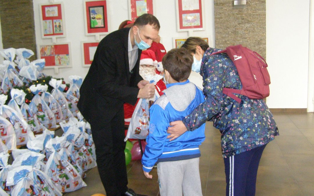 """Градоначелник уручио пакетиће деци корисника ,,Народне кухиње"""""""