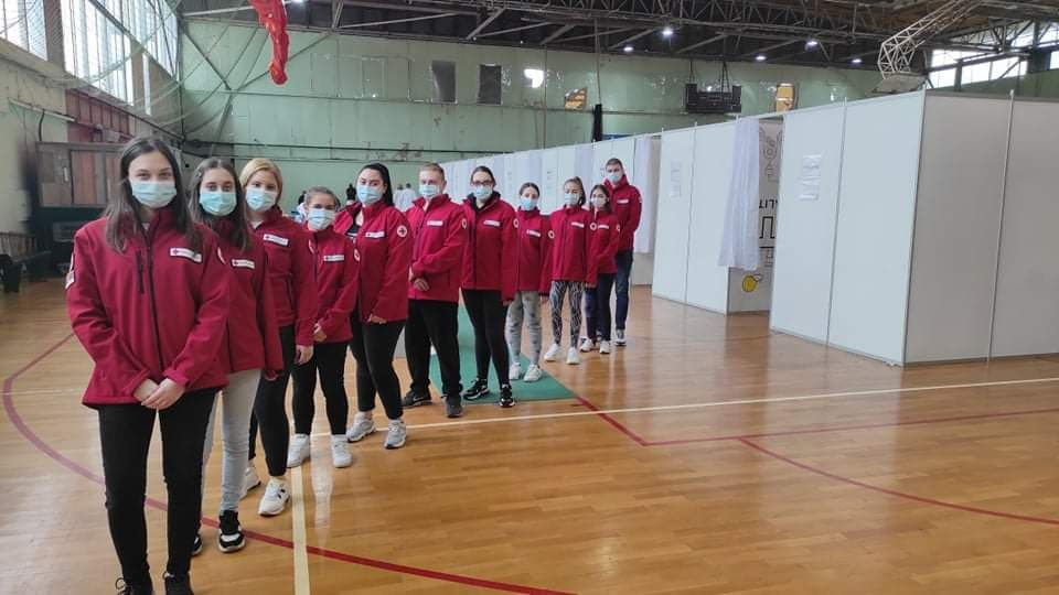 Волонтери Црвеног крста на вакциналном пункту